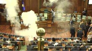 Оппозиционер взорвал дымовое устройство в здании парламента Косово